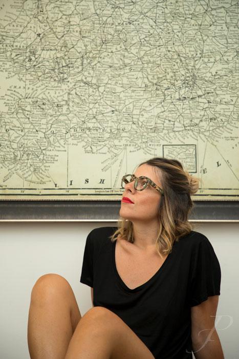 model-fashion-portugal-glasses-reading-map